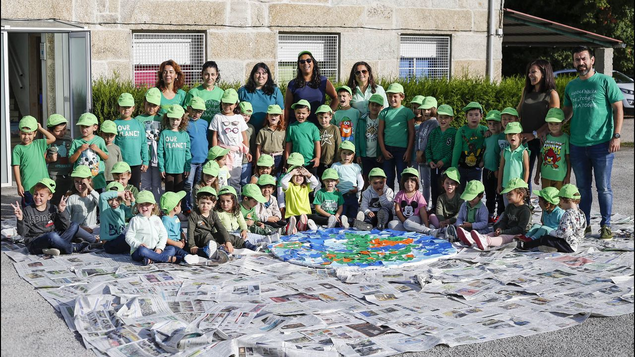 Estudiantes de Lugo limpiaron la playa de O Ariño, en Camariñas.El jueves celebrarán en el CRA de Ponteceso una jornada de vendimia y esfolla