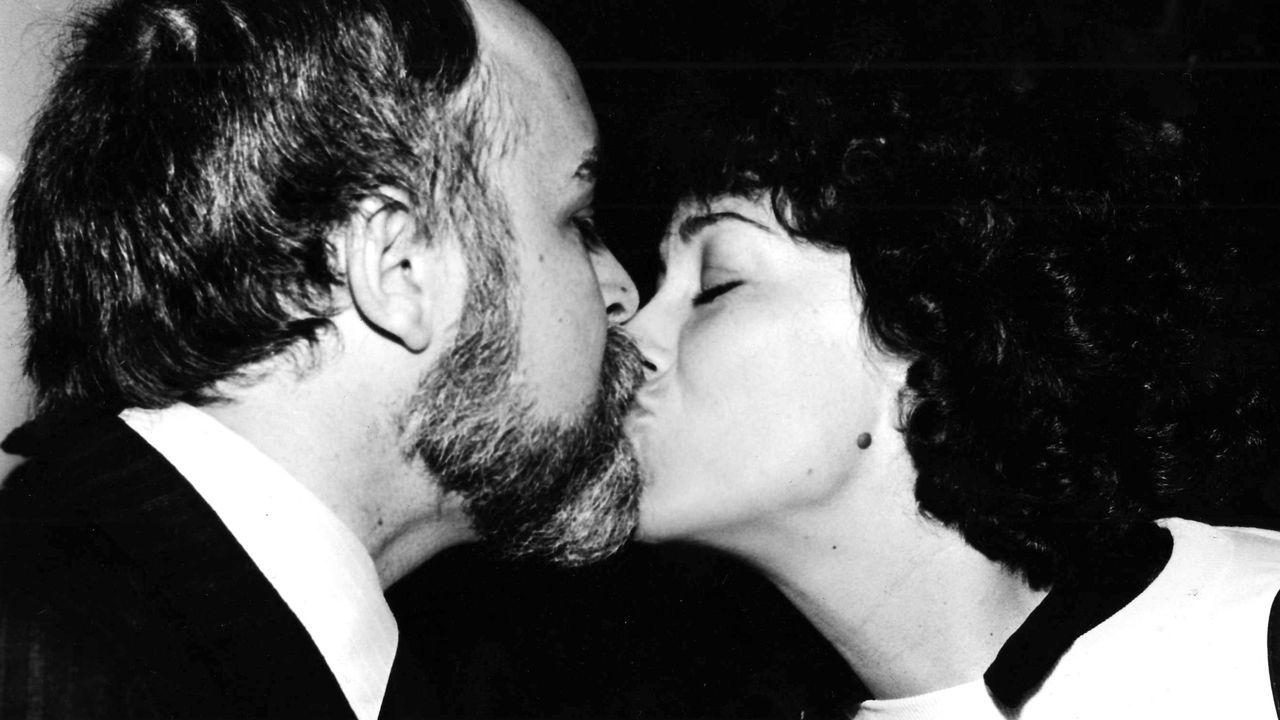 Besando a su mujer, tras su reelección como alcalde de Vigo en 1983