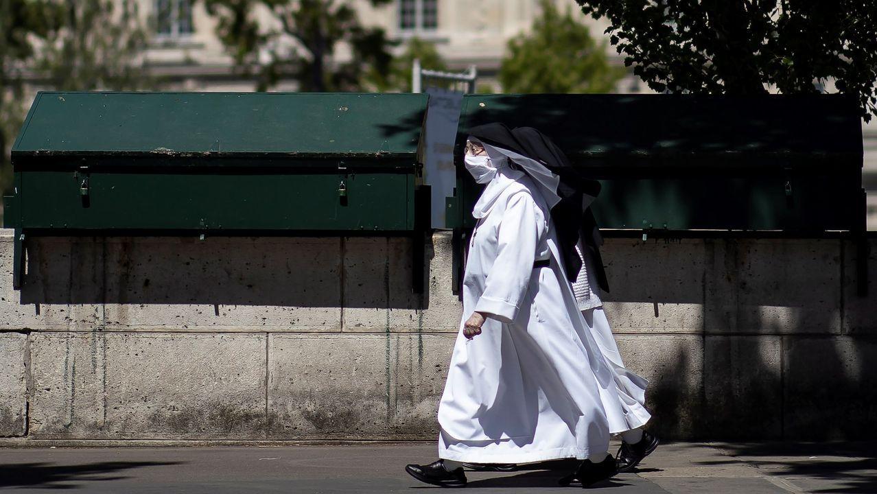 Dos monjas pasean por París ataviadas con mascarillas