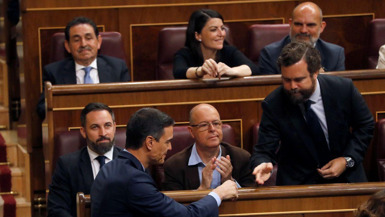 Pedro Sánchez saluda a los diputados de VOX