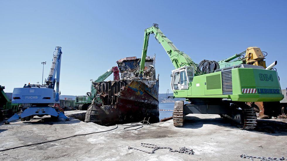 Desguace del atunero Albacora Diez en el puerto de Marín