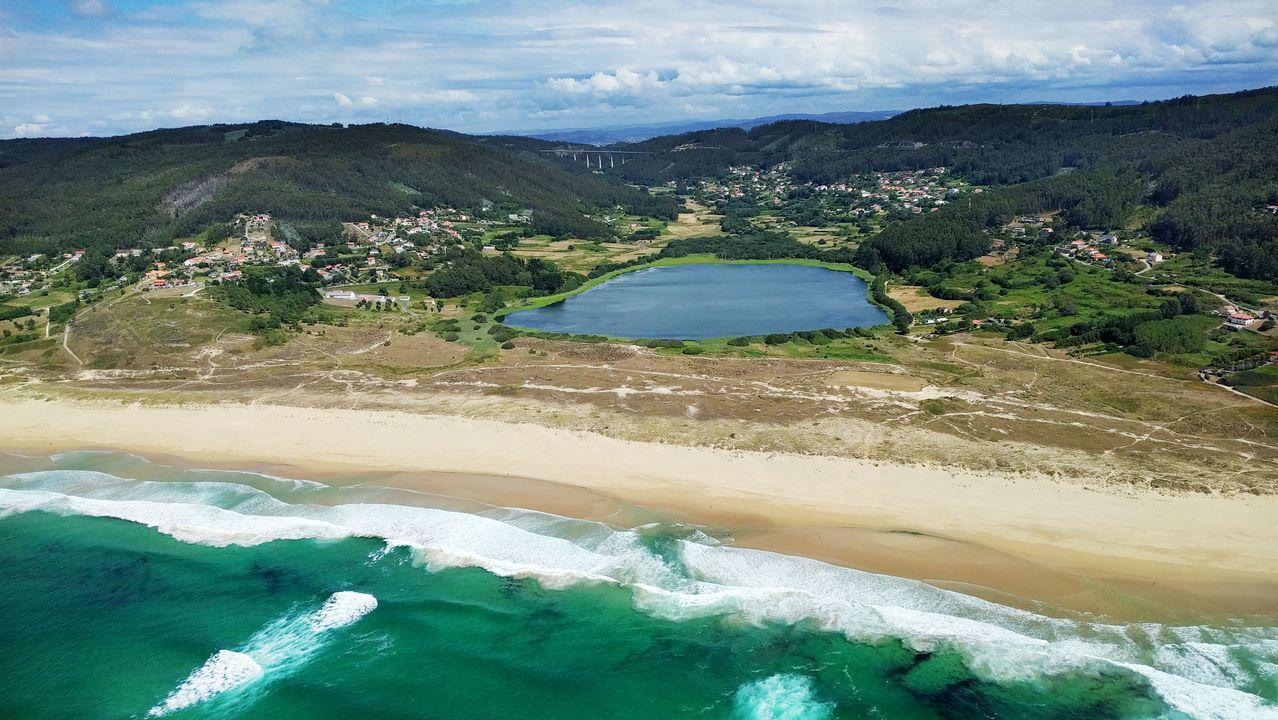 El sector del mar en contra de la mina de Touro.Vista aérea de la playa y la laguna de Doniños