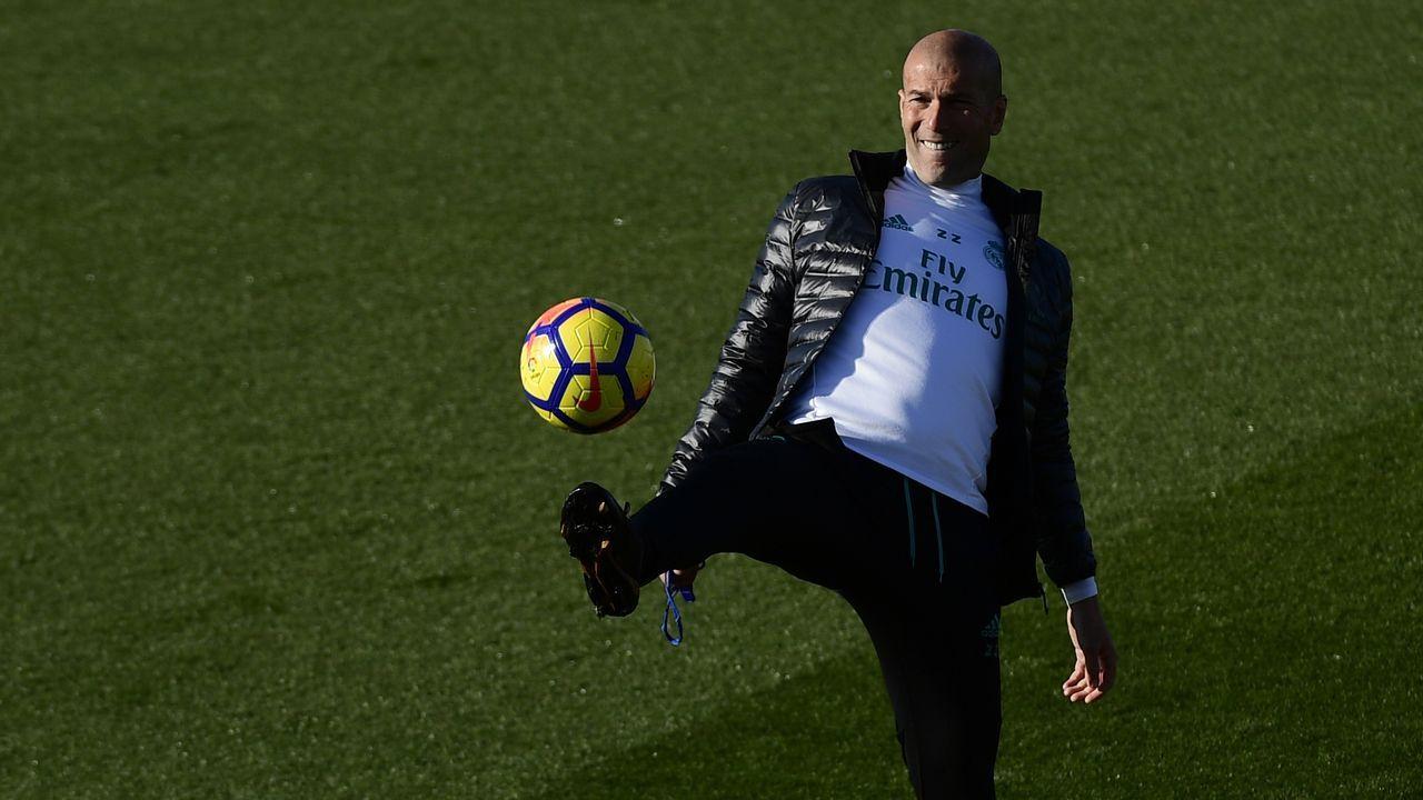El entrenador del Real Madrid, Zinedine Zidane, durante una sesión de entrenamiento en la ciudad deportiva de Valdebebas