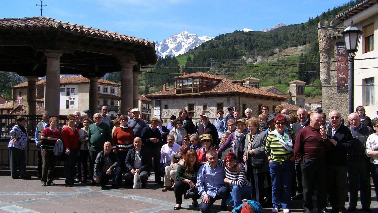 Los turistas se protegen de la lluvia en Oviedo.Los turistas se protegen de la lluvia en Oviedo