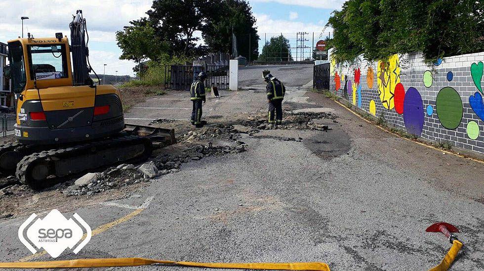 Los bomberos controlan la fuga de gas originada por unas obras en Vegadeo.Los bomberos controlan la fuga de gas originada por unas obras en Vegadeo
