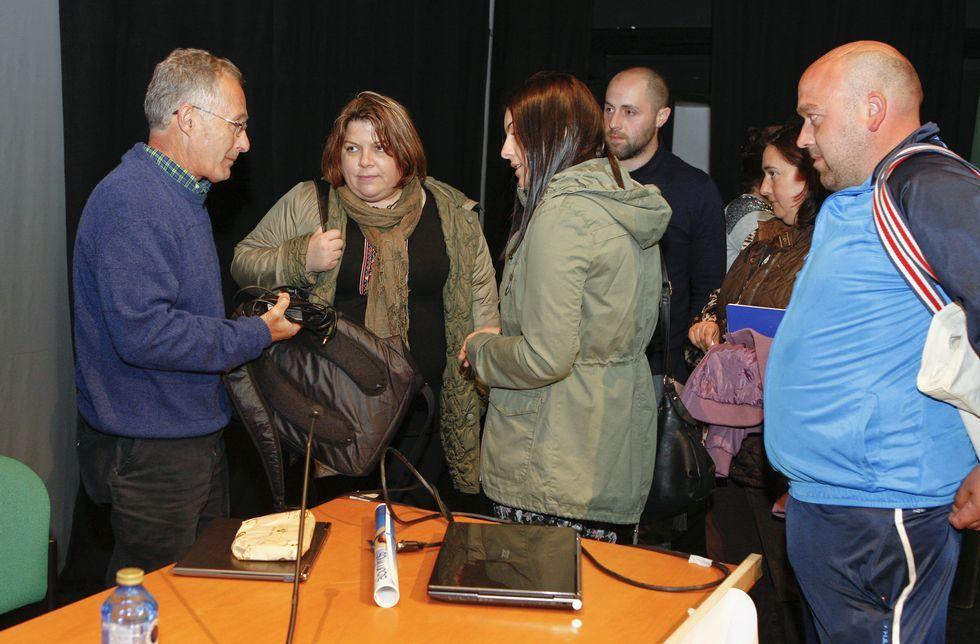 Ángel Carracedo atendió a muchos padres al final de su intervención.