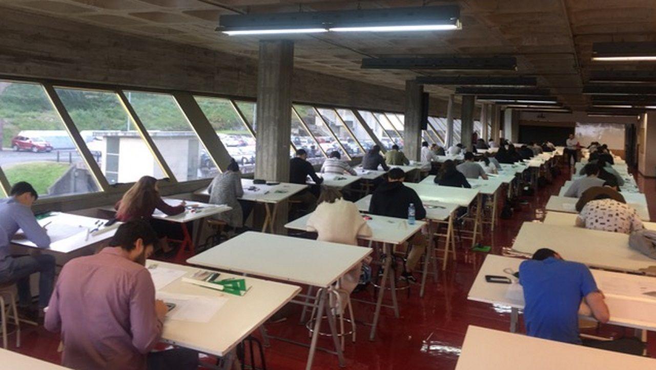 Alumnos en el aula de dibujo de la Escola Universitaria de Arquitectura Técnica de la UDC