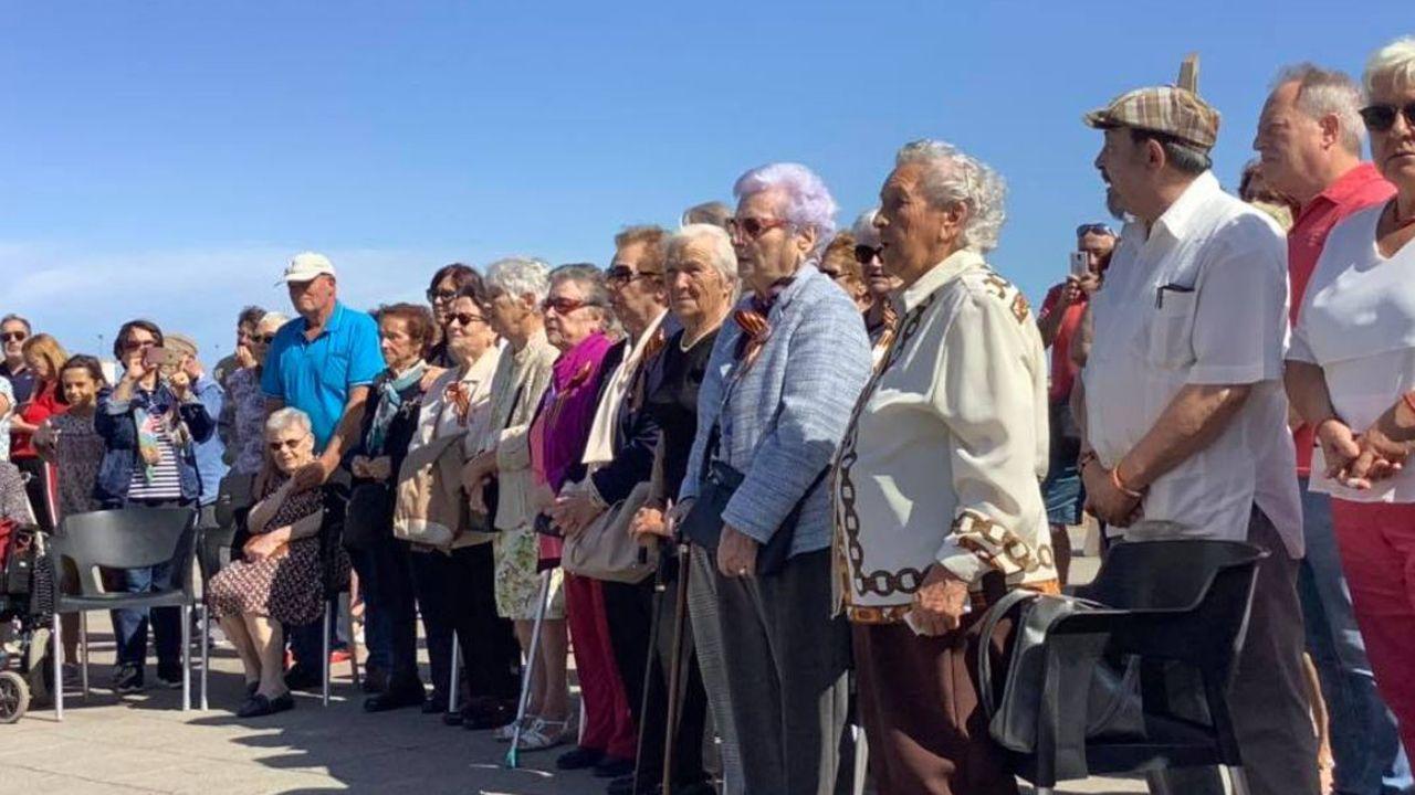 Homenaje y la ofrenda floral de los niños de la guerra en la Playa de El Arbeyal