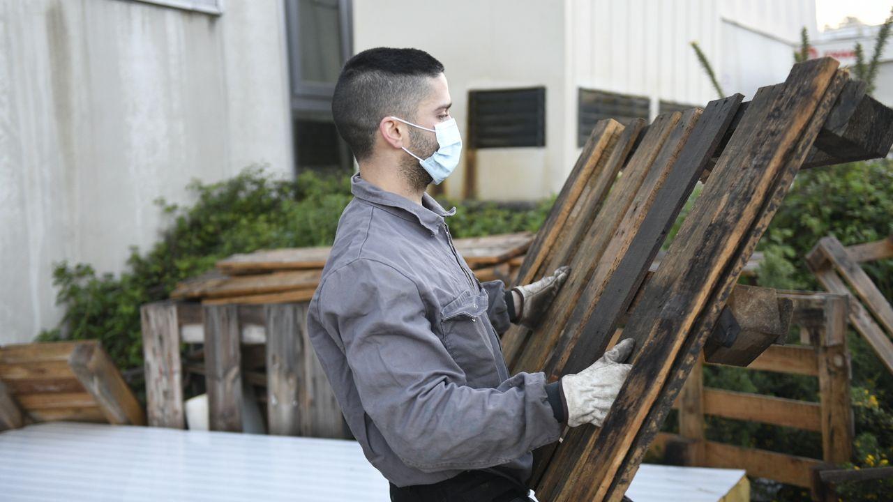 Reparto entrega de mascarillas por la Guardia Civil y Policía OLocal a trabajadores en la entrada del polígono industrial Lalin 2000