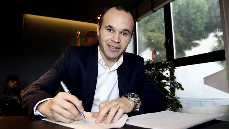 Iniesta firma su renovación con el Barça