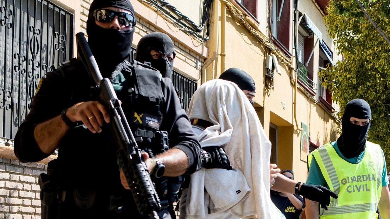 Pleno extraordinario en Pontecesures por el fallecimiento de la pareja en los atentados en Sri Lanka.Uno de los detenidos en una operación en Mataró contra una célula yihadista que se dedicaba a captar personas en Barcelona y Tarragona es trasladado por unos agentes policiales