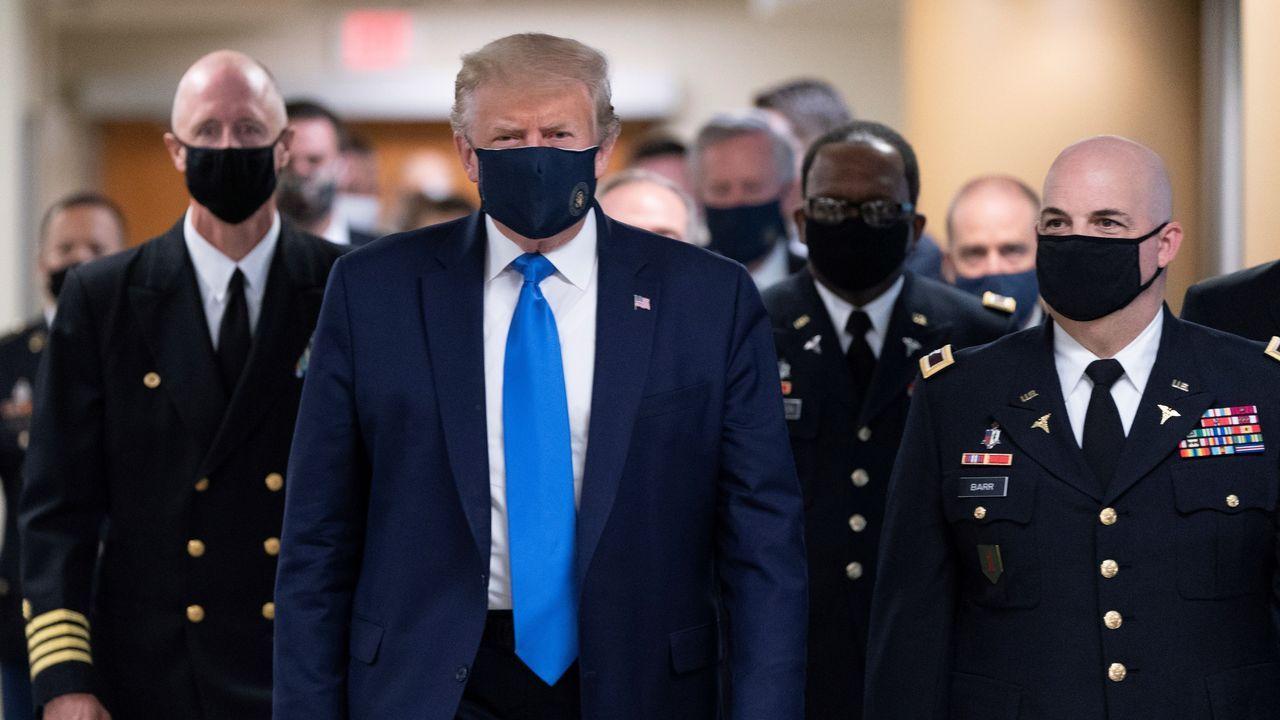 El presidente de Estados Unidos, Donald Trump, se dejó ver este sábado con mascarilla por primera vez desde la pandemia en su país, que supera los 3,2 millones de contagios. Fue en su visita al centro médico militar Walter Reed, en Bethesda (Maryland).