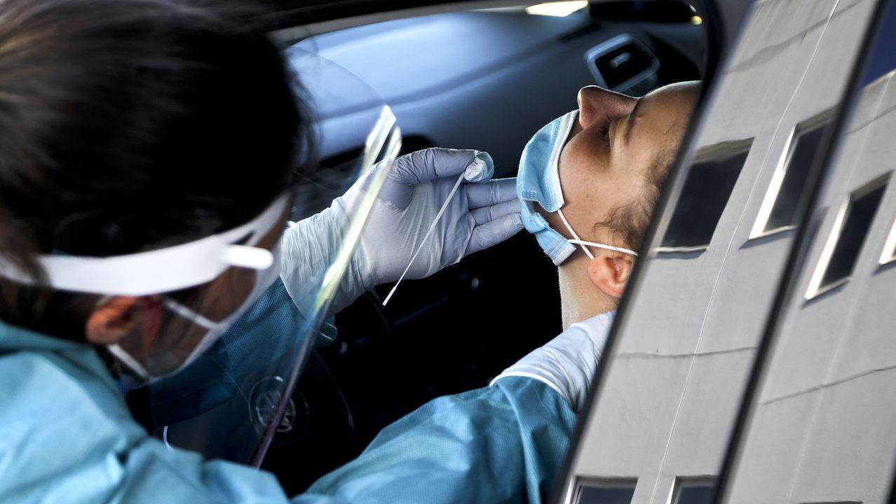 Una enfermera toma una muestra esta semana en el covid-auto del Meixoeiro