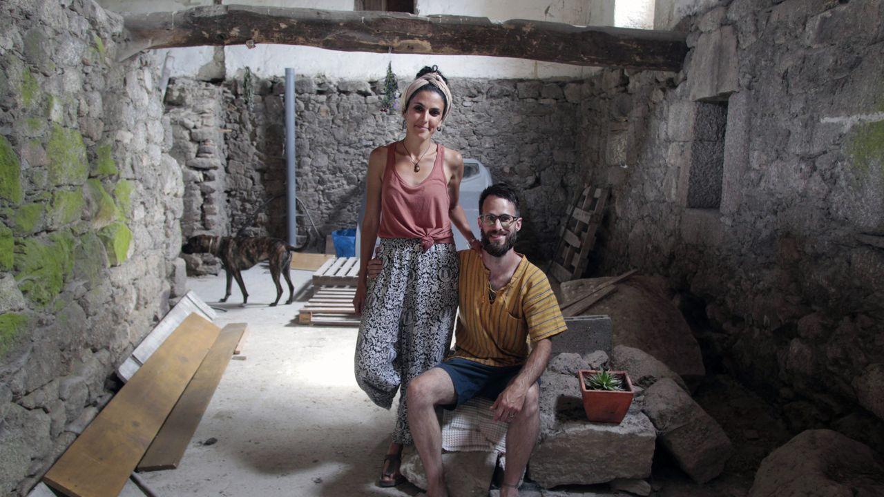 De León y Baum están restaurando una antigua casa en una aldea de Monforte