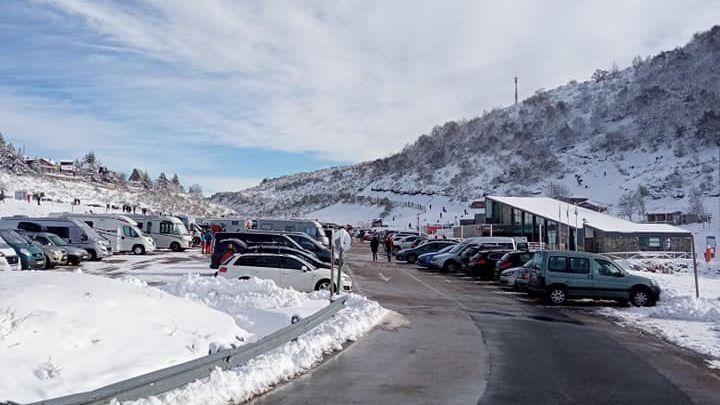 La estación de Fuentes de Invierno llena de gente.Esquiadores en la estación de Fuentes de Invierno