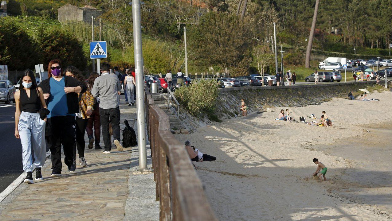 Gente paseando en la playa de Cabío de A Pobra, concello en el que se han detectado nueve casos de covid en los últimos días