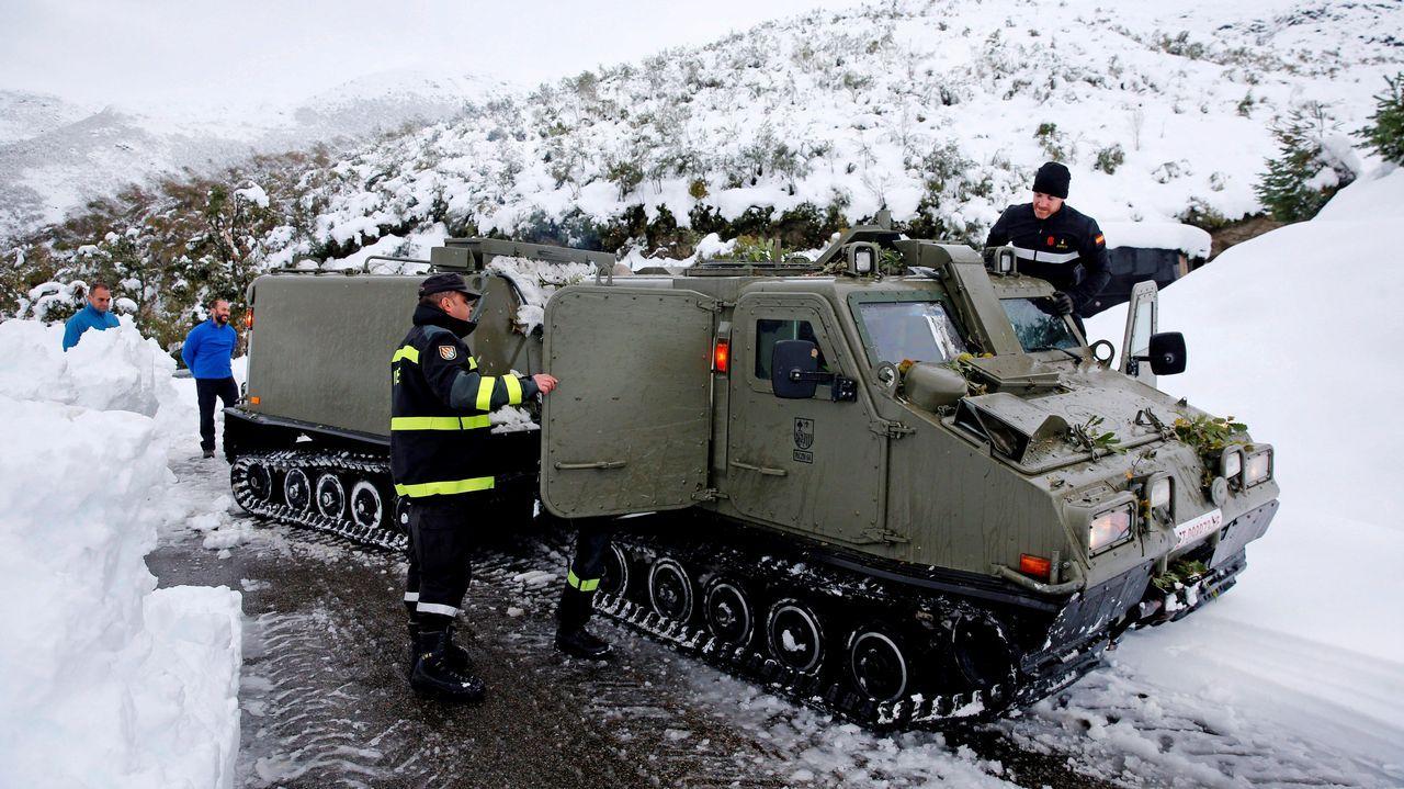 Asturias recupera la normalidad.La UME trabajando despejando el camino de nieve y árboles