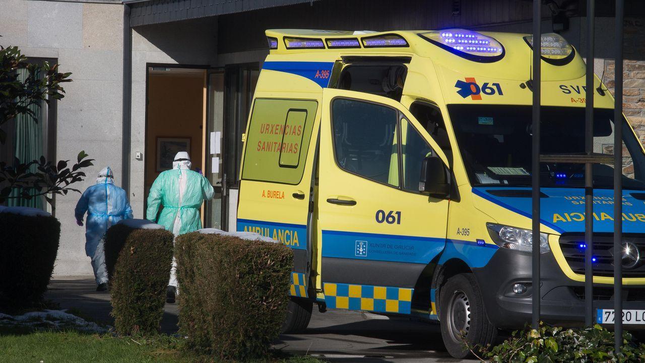 Una ambulancia en la residencia de mayores de A Pastoriza, en la mañana de este viernes