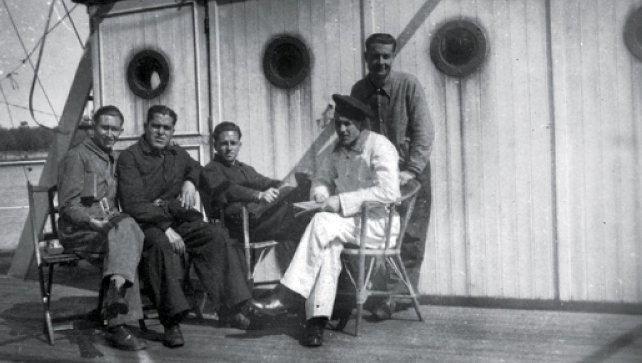 Parte de la tripulación del submarino C-5 descansa en un barco-casa atracado en la ría de Bilbao, en 1936. El C-5 lucharía en el bando republicano y se hundió frente a la costa asturiana en 1936