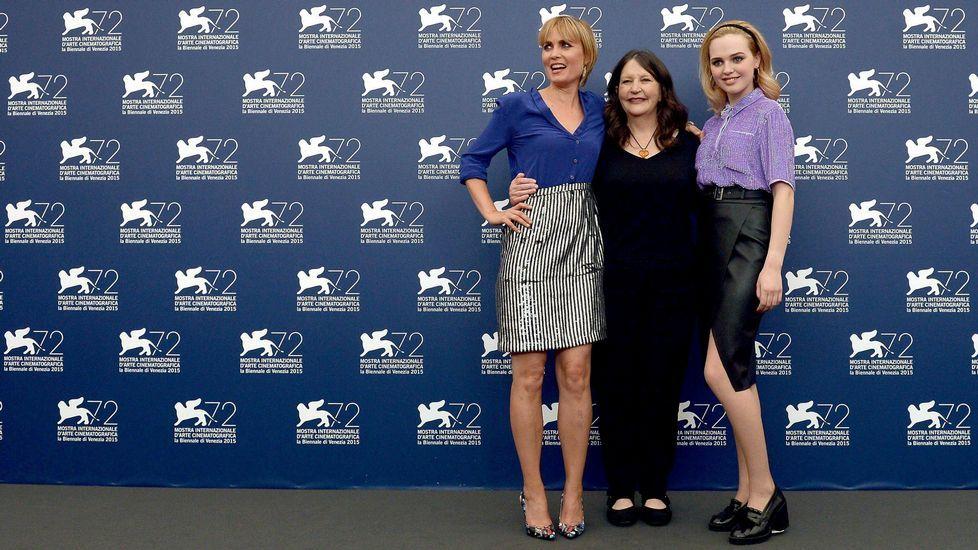 La directora australiana Sue Brooks posa junto a las actrices australianas Radha Mitchell y Odessa Young durante la presentación de la película «Looking for Grace»