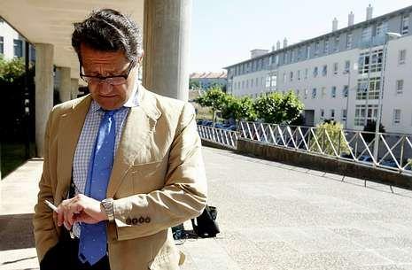 Todos los imputados del PP de Santiago.El exregidor Conde Roa, en los juzgados compostelanos en una imagen de archivo.
