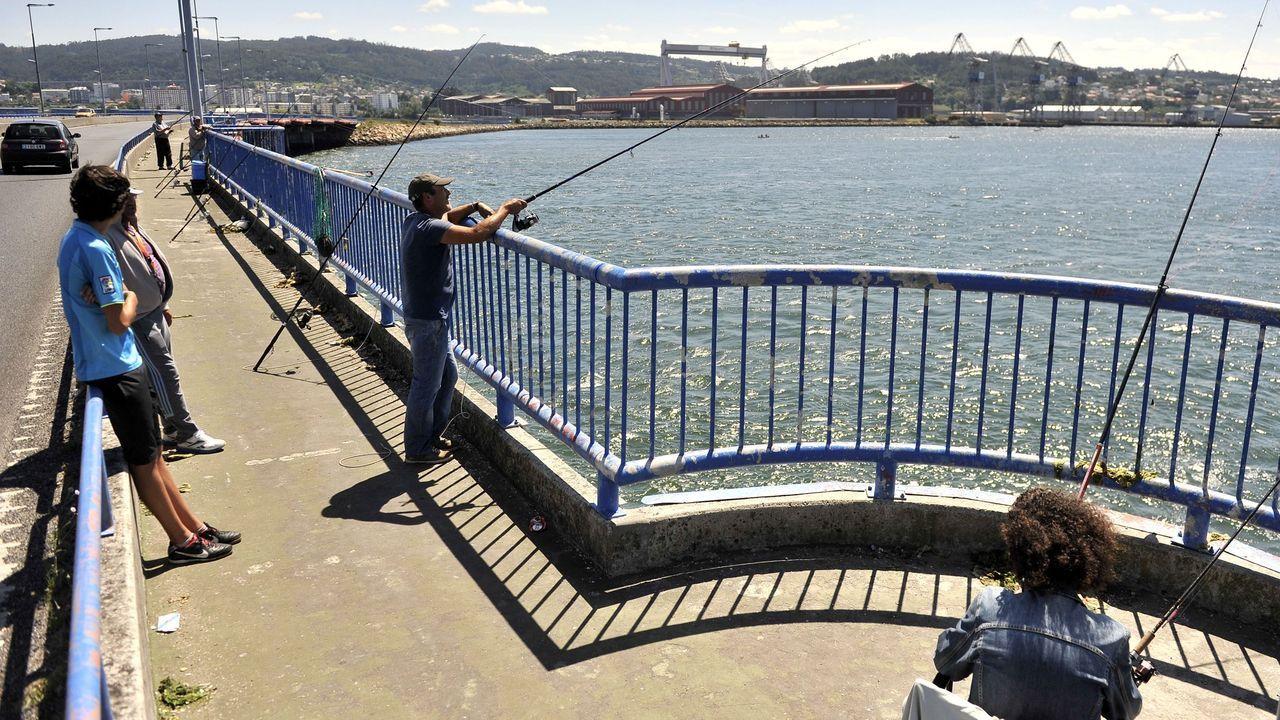 En la imagen, de archivo, pescadores en el puente de As Pías, que une Fene y Ferrol