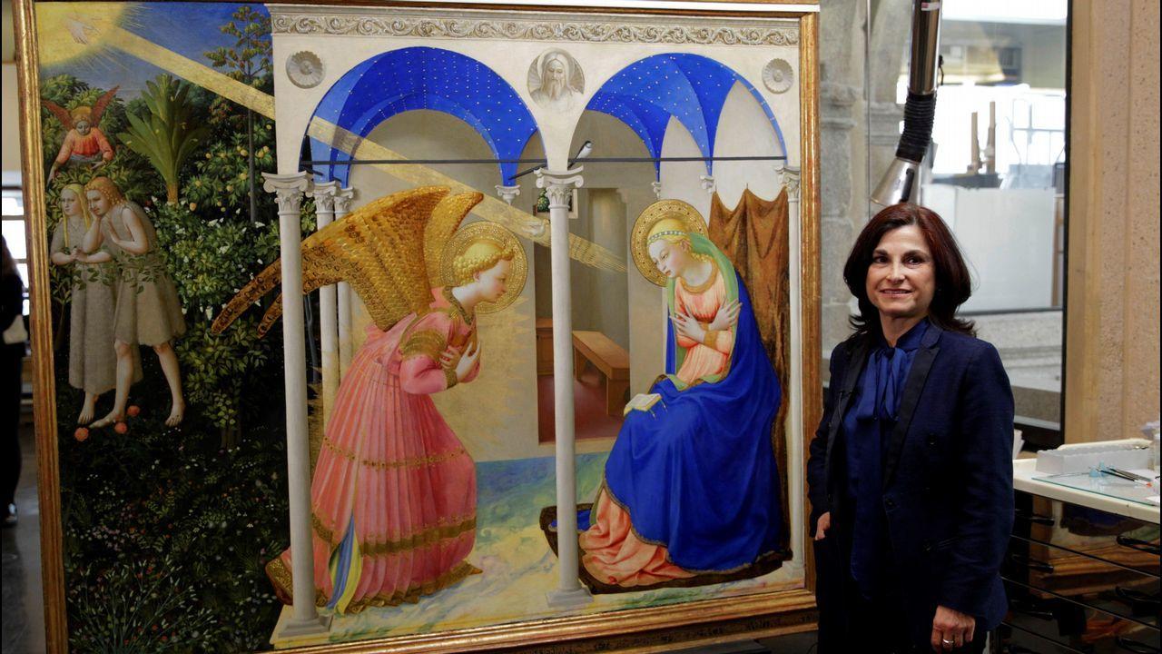 La restauradora Almudena Sánchez, con el cuadro de Fra Angelico