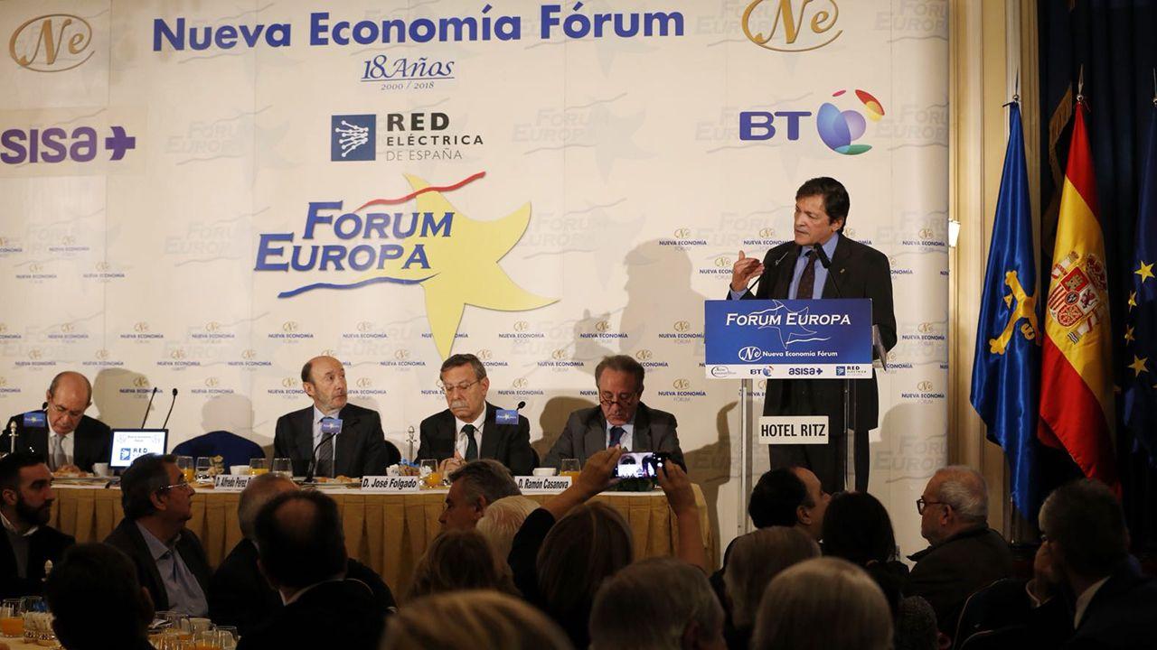 Feijoo: «Que no se castigue a los que cumplimos» incluso teniendo menos recursos».El presidente asturiano Javier Fernández, en el foro de Nueva Econonomía