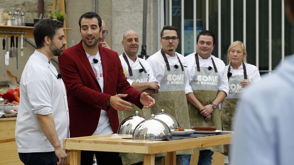 O cociñeiro Carlos González e o presentador de  Come a comarca  explican cales son os tres pratos que terán que elaborar os dous equipos