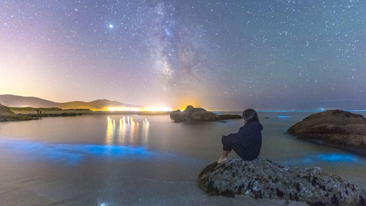 Mar de Ardora e Via Láctea desde a praia de Boca do Rio, en Carnota