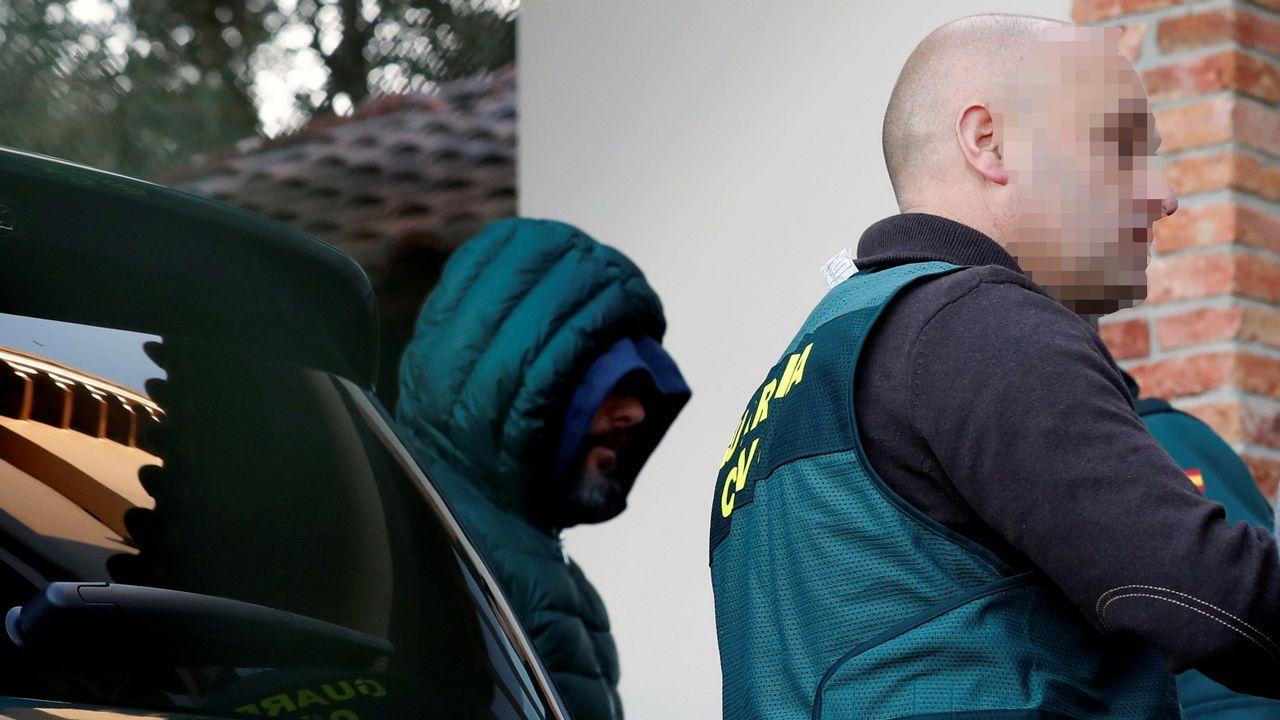 Agentes de la Guardia Civil han trasladado al detenido como presunto inductor del asesinato del concejal de Llanes (Asturias) Javier Ardines a la vivienda que posee en la parroquia de Belmonte de Pría, muy cercana al que era lugar de residencia del edil, para realizar un registro