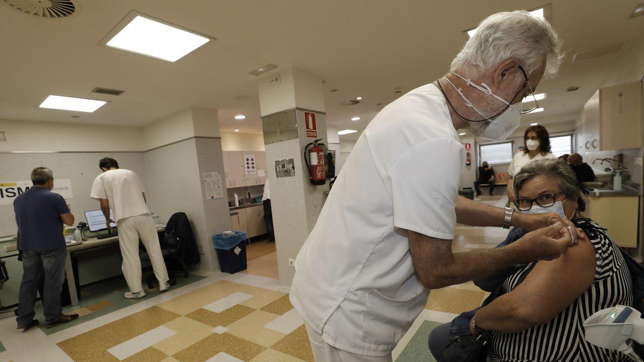 Semana intensa de vacunación en Burela. Para esta semana han sido citados 5.550 mariñanos para ser vacunados frente al covid en el hospital comarcal (en la imagen, foto del lunes). Entre este miércoles y el viernes están convocados 2.850 mariñanos de entre 40 y 49 años, 950 cada día