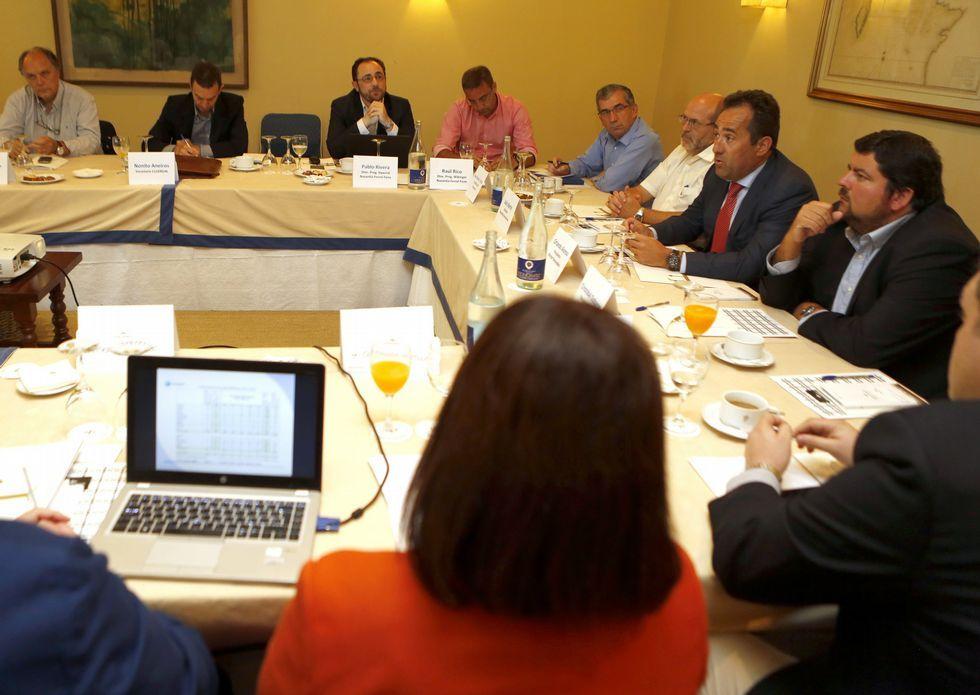 El encuentro de empresarios y los responsables de Navantia y Windar fue en el Parador.