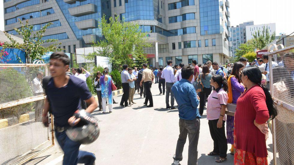 Nepal vuelve a temblar.Gente fuera de un edificio en Nepal tras el terremoto