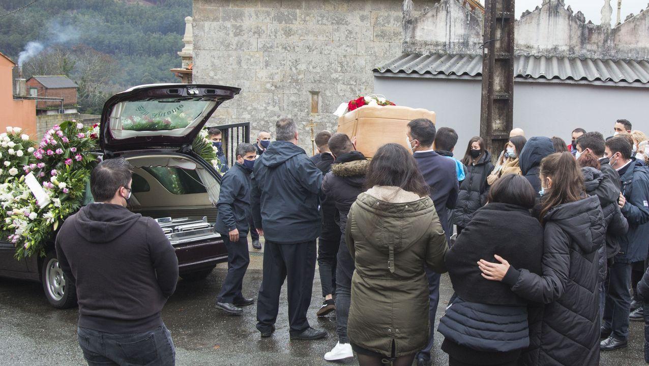 Un coche de autoescuela circulando por la ciudad de Lugo