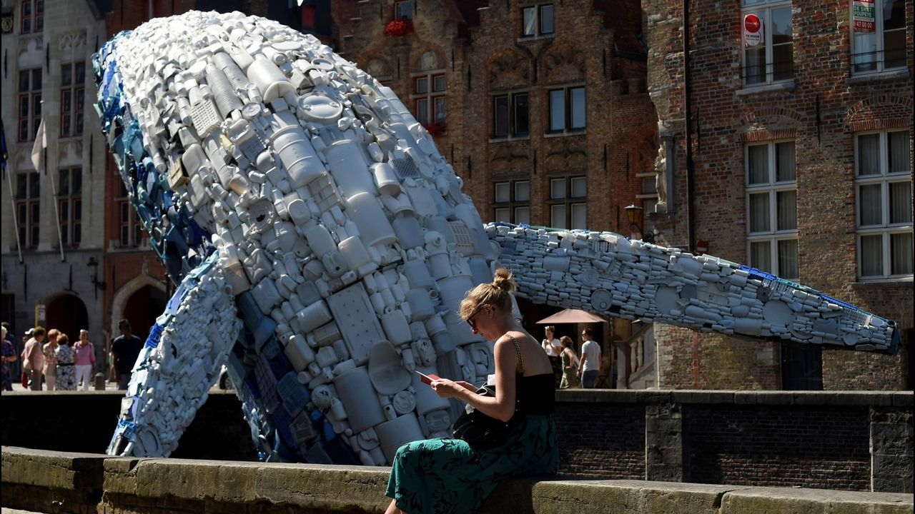 Ballena construida en Brujas a base de plásticos procedentes de los océanos Pacífico y Atlántico