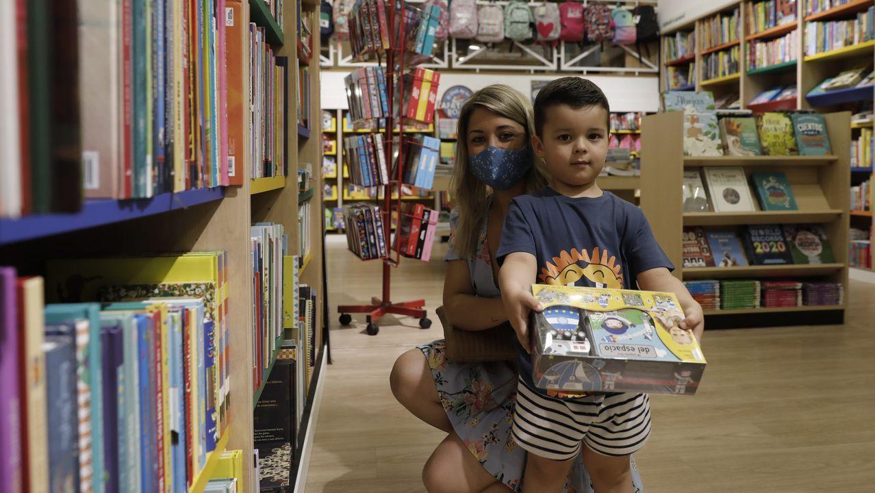 Miriam Sotelo acompañó a su hijo, Leo, que escogió uno de trenes