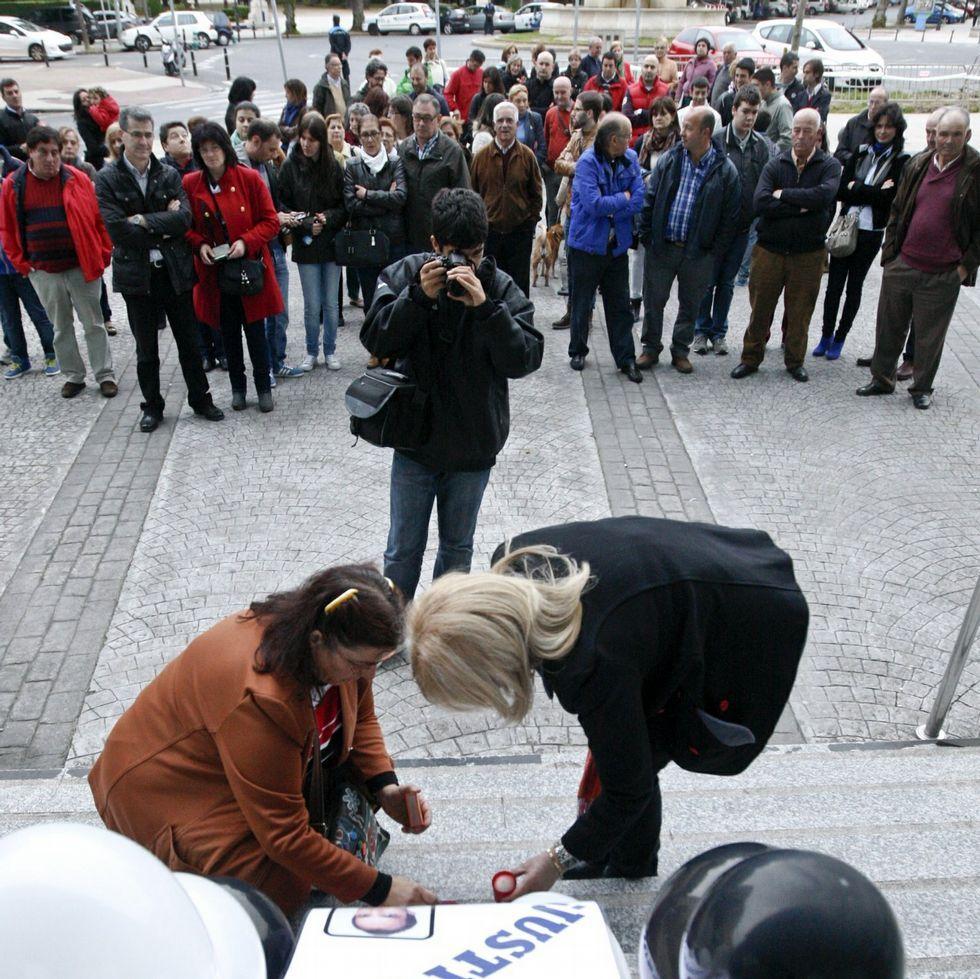 Concentración y lectura de manifiesto en la plaza de Aviles de Lugo por el crimen en el Cash de o Ceao.Familiares y amigos de los dos asesinados protestan frente a los juzgados para pedir que se aclare el crimen