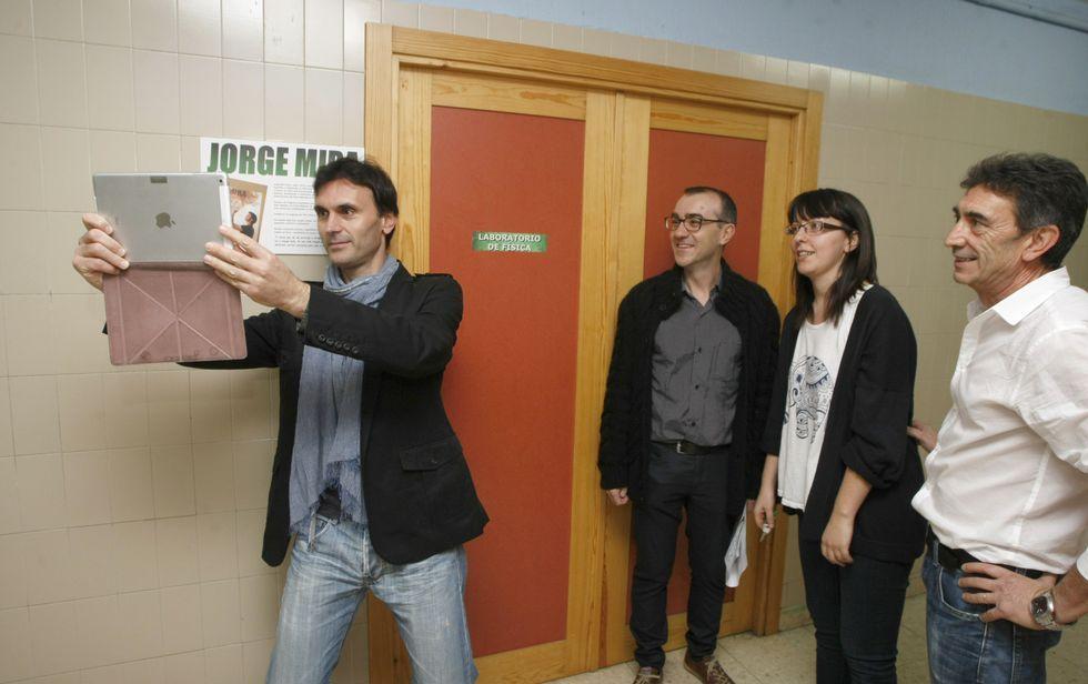 Rodrigo Cuevas: orgullo de Verdiciu en el centro de Oviedo.Jorge Mira fíxose un «selfie» diante da placa do laboratorio que leva o seu nome<span lang= es-es >. </span>