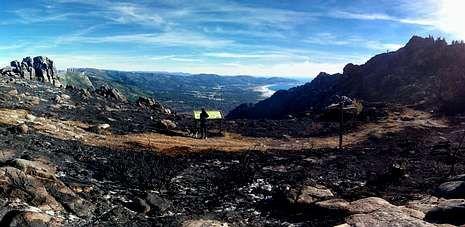 Imagen tomada ayer en la que se ve cómo ha quedado el monte Pindo tras el incendio que arrasó unas 2.200 hectáreas.