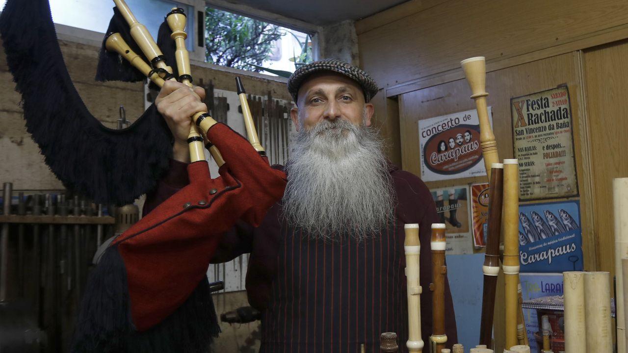 Oli Xiráldez, un luthier de gaitas, requintas e instrumentos medievales con los que reivindica a Galicia.Ana González Abelleira e Lara Méndez presentaron o programa de actividades da Casa da Xuventude