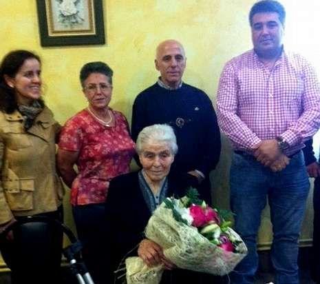 Las centenarias Aurora García (izquierda) y Florinda Novoa recibieron las felicitaciones de sus Concellos