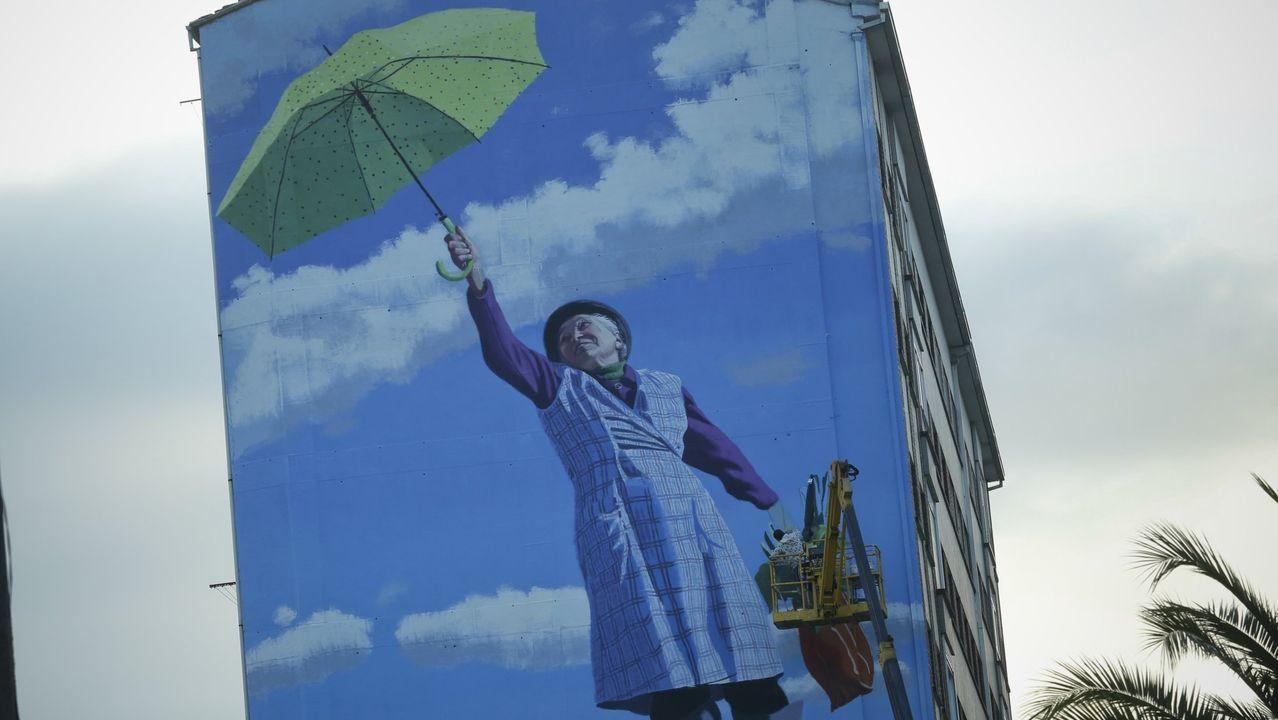 El muralista Yoseba M.P. pintando una de sus obras en la calle Romero Donallo de Santiago