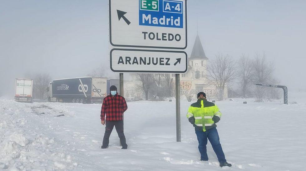 Gerardo Malla, con Kity Manver y Toni Cantó en una imagen del 2013.Un bombero retira carámbanos de hielo de la fachada de un edificio en Teruel