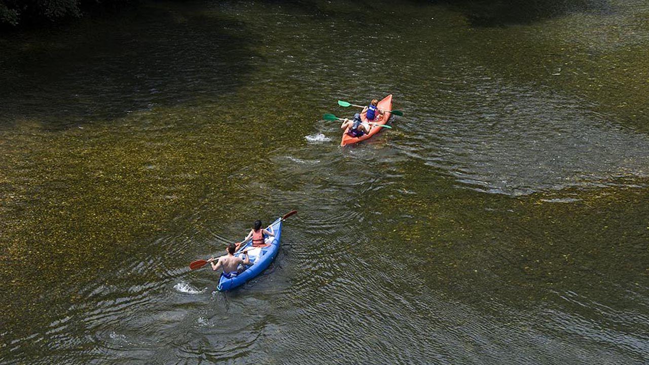 Descenso de un río en canoa