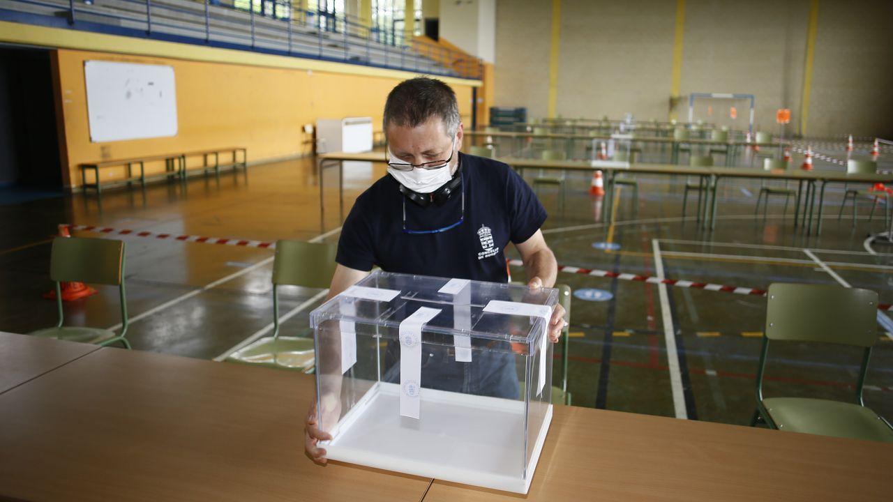 ÁLBUM: La jornada electoral de la mañana en la provincia de Lugo en imágenes.Pabellón polideportivo de Burela acondicionado para las votaciones.