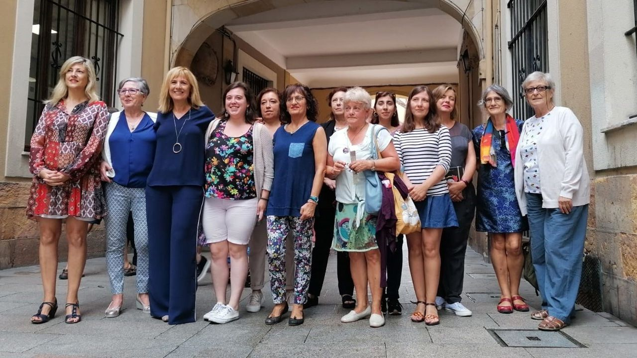 escuelas de infantil, centros de 0 a 3 años,.Marisa Ponga y Ana Taboada, con las representantes de colectivos feministas de Oviedo