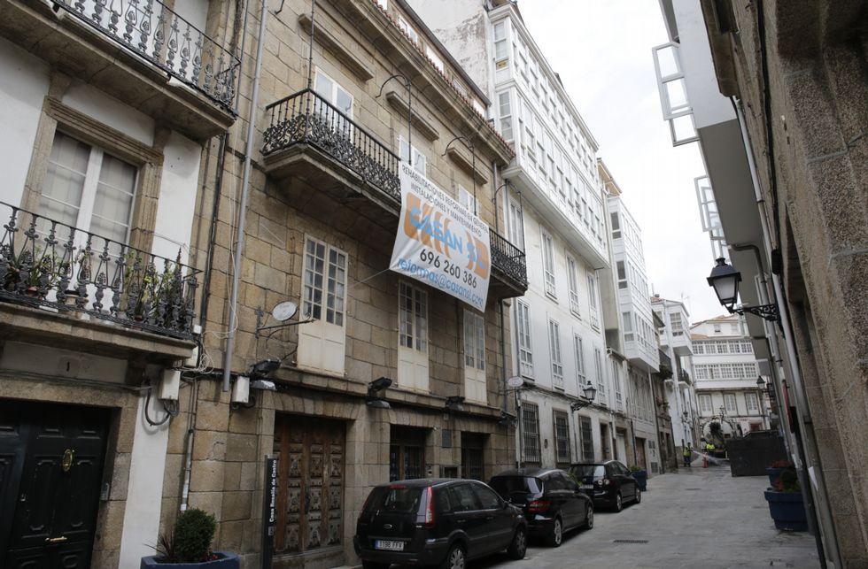 La ahora calle del Príncipe se llamaba Padilla cuando vivió en ella Rosalía de Castro y su familia.