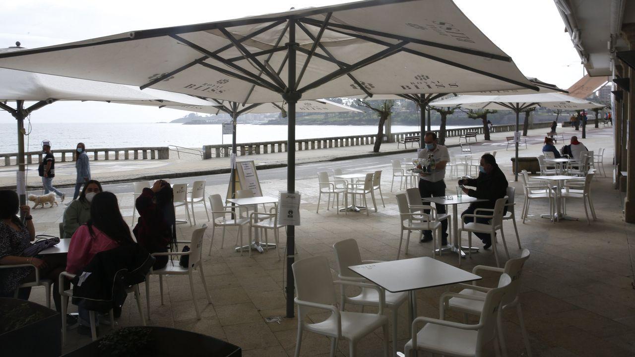 La unidad de primera acogida de Barro es el único centro de estas características en Galicia.Una terraza del centro de Sanxenxo, este Jueves Santo