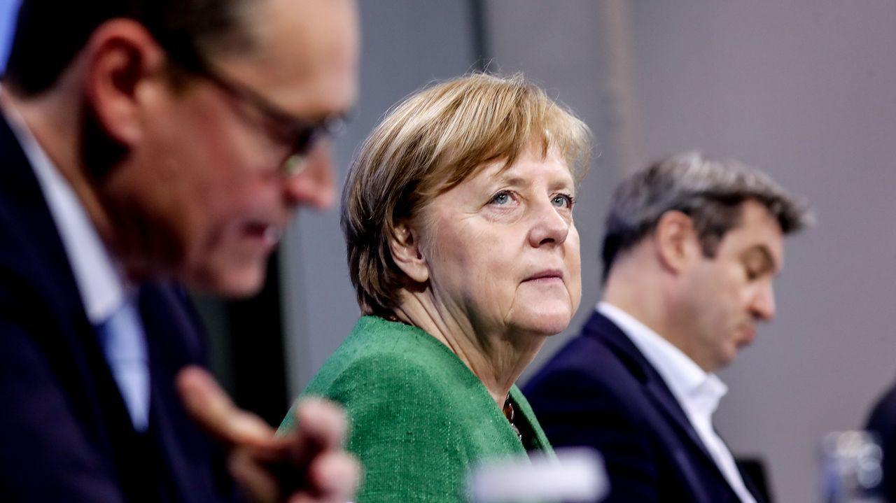 Angela Merkel con el alcalde de Berlín y el jefe del Gobierno de Baviera, en una videoconferencia sobre la pandemia en Alemania